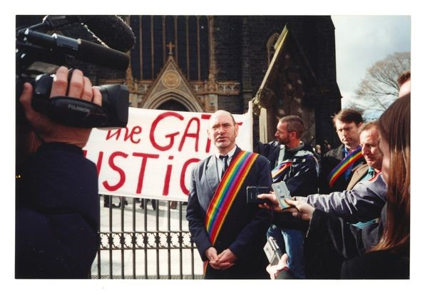 Michael Kelly at the Rainbow Sash action at St Patrick's Cathedral, Pentecost 2000 (photo : James McKenzie), Evolution Publishing (Melbourne Office) Collection